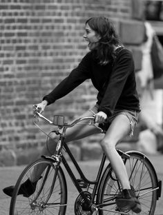 Simple but fun streetstyle : Cycling, smiling, and having fun!