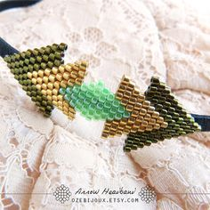 Serretête fin motif flèche en perles tissées tons verts par OzeBijoux