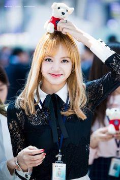 Lisa (Blackpink) so cutee! Blackpink Lisa, Jennie Blackpink, Kpop Girl Groups, Korean Girl Groups, Kpop Girls, Rapper, Forever Young, Cute Gifs, Lisa Black Pink