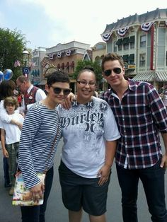 ginnifer-goodwin-and-josh-dallas-with-a-fan-disney Ginny Goodwin, Josh Dallas And Ginnifer Goodwin, Snow And Charming, Short Pixie, Hocus Pocus, Ouat, Disney Magic, Once Upon A Time, Happily Ever After