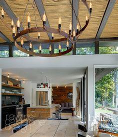 Дизайнеры из Bates Masi и Афина Кальдерон (Athena Calderone) из Rawlins Calderone не только подвесили на верёвках люстру, но и затянули ими потолок в домике для уик-эндов на Лонг Айленде.