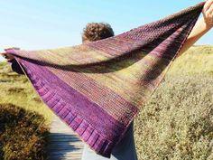 """Inspiriert durch die faszinierende Landschaft Norwegens mit den Farben des Fjells, seinen Steinen, Flechten und Moosen entstand die Idee für die Serie """"FJELL UND FJORD"""". Das Dreiecks-Tuch SOLVEIG wird mit wechselnden Musterstreifen gestrickt, und bes"""