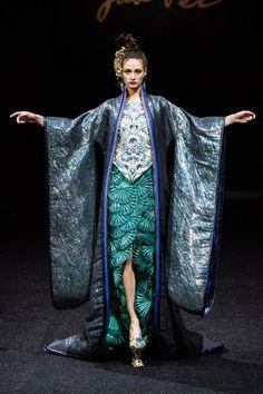 Guo Pei Spring 2019 Couture Fashion Show - Vogue Collection Couture, Fashion Show Collection, Spring Collection, Spring Couture, Couture Week, Style Couture, Haute Couture Fashion, Diva Fashion, Fashion Design