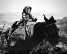 """Ηπειρώτισσα μάνα του Κώστα Μπαλάφα « """"Ο ΠΥΡΡΟΣ"""" Greece Photography, Street Photography, Art Photography, Robert Doisneau, Old Pictures, Old Photos, Nice Photos, Costa, Famous Photographers"""