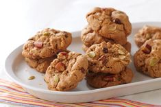 Oatmeal and Trail Mix Cookies recipe - made this yesterday and highly reccomend it lol yummmy ! Diabetic Foods, Diabetic Recipes, Keto Recipes, Snack Recipes, Trail Mix Cookie Recipe, Trail Mix Cookies, Cookie Desserts, No Bake Desserts, Clean Eating