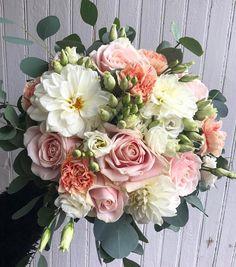 """218 gilla-markeringar, 5 kommentarer - Blomstrabyemma (@blomstrabyemma) på Instagram: """"Brudbukett 💕🌸✨ #blomstrabyemma #blomstra #blommor #flowers #wedding #bröllop #brudbukett #bukett…"""""""