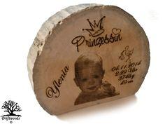 Ein erstes Geschenk zur Geburt und zur Erinnerung.  Treibholz-Aufsteller  Zum Beispiel Familienportrait oder Geburtsafel zum Geburtstag,Geburt oderTaufe mit Gravur & süßen Wiege-Motiven inklusive Bildmotiv