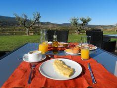 Desayuno en la terraza de Finca de los Arandinos, con vistas a Moncalvillo