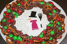It's ALL Good in Mommyhood: Chocolate Pretzel Wreath Christmas Food Treats, Christmas Goodies, Christmas Desserts, Christmas Baking, Holiday Treats, Christmas Traditions, Christmas Recipes, Winter Treats, Holiday Cookies