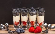 nl A tasty low-carb dessert, mascarpone dessert with berries. This delicious mousse with blueberries and strawberries is easy to make. Low Carb Recipes, Real Food Recipes, Snack Recipes, Dessert Recipes, Snacks, Party Recipes, Desserts Keto, Blue Desserts, Mousse Mascarpone