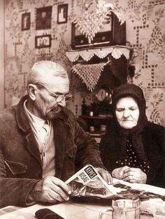 Újságot olvasó idős falusi házaspár, 1960 körül Hungary, Mona Lisa, The Past, Artwork, Painting, Vintage, Work Of Art, Auguste Rodin Artwork, Painting Art