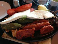 Rica combinación de carne asada, fajitas de pollo, queso, chorizo y cebollitas asadas, acompañados con un chile toreado.