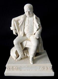 NAPOLEÃO BONAPARTE - Rara e importante escultura em biscuit francês de Sévres, representando Napoleão Bonaparte sentado, de uniforme e circunspecto. França, séc. XIX. Med.: 24 cm de altura X 16,5 cm de largura X 13,5 cm de profundidade.