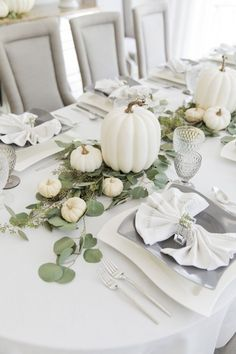 Love the bright and white feel of this one. #Thanksgiving #ThanksgivingTable #ThanksgivingTablescape #ThanksgivingDecor #ThanksgivingTablescapeIdeas #TableDecor #FallDecor