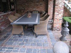 Terras aanleggen met klinkers, kasseien of platinnen Outdoor Spa, Outdoor Tables, Outdoor Decor, Concrete Yard, Outdoor Flooring, Garden Landscaping, Tile Floor, Garden Design, Pergola