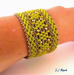 bestehend aus einer Kette, einem abnehmbaren Anhänger und einem Armband.   ***   Die Elemente der Kette sind mit goldfarbenen Ringeln verbu...