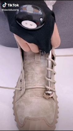Ways To Lace Shoes, How To Tie Shoes, Ways To Tie Shoelaces, Diy Clothes And Shoes, Diy Fashion Hacks, Diy Barbie Furniture, Everyday Hacks, Stylish Mens Outfits, Diy Origami