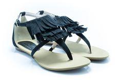 A franja está na moda até nos sapatos... Olha só que linda esta rasteirinha preta!!! O preço então maravilhoso. Eugênia Acessórios Shoes - Beleza e Sofisticação Rasteira Franjas Preta