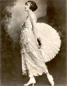 Il ventaglio - Vogue.it 1918  #TuscanyAgriturismoGiratola