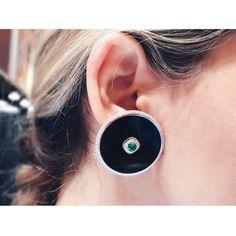 1,273 отметок «Нравится», 28 комментариев — Nikos Koulis (@nikoskoulisjewels) в Instagram: «Protect me from what I want🤞🏼Bullet white #diamond and pear shape #emerald together in this unique…»