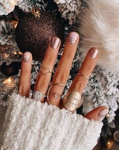 Awesome Metallic Nail Designs Ideas For Perfect Look Nails – NagelDesign Elegant ♥ Nail Art Vernis, Ten Nails, Uñas Fashion, Gel Nails At Home, Metallic Nails, Chrome Nails, Nagel Gel, Nail Decorations, Holiday Nails