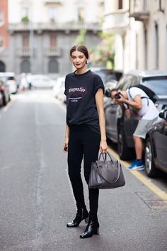 Model-Off-Duty: tee, black skinny jeans & boots #style #fashion #streetstyle