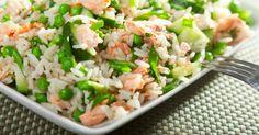 Recette de Salade de riz d'été légère au saumon, concombres et petits pois. Facile et rapide à réaliser, goûteuse et diététique.
