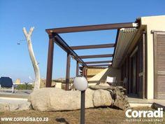 COBERTI Pergotenda 45, en porche de vivienda con techo móvil Impact abierto. #pergola #pergotenda #45 #techo #móvil #impact #clasico #madera #vivienda #porche #terraza #corradi #coberti #malaga