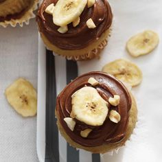 Banana Muffins with Chocolate-Peanut Frosting Easy Desserts, Delicious Desserts, Dessert Recipes, Chocolate Muffins, Chocolate Peanuts, Ricardo Recipe, Cookies Et Biscuits, Muffin Recipes, Frosting