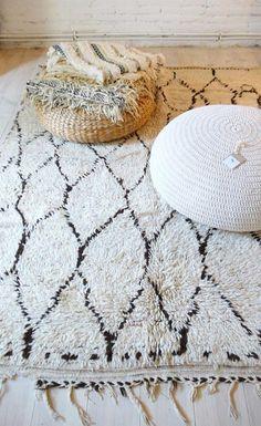 tapis marocain, poufs tricotés et tapis ethnique noir et blanc