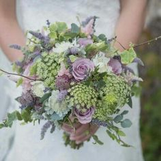 Lilac roses and queen anne's lace make a beautiful bridal bouquet #LilacWeddingInspirations