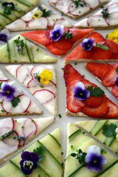 Patchwork Tea Sandwiches - a patchwork of cucumber, thinly sliced radishes, and strawberries on top of a cream cheese spread. Garnish with edible flowers and herbs. English Tea Sandwiches, Tee Sandwiches, Finger Sandwiches, Tea Party Sandwiches, Vegan Sandwiches, Delicious Sandwiches, Think Food, Snacks Für Party, Edible Flowers