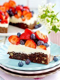Brownie-Walnuss-Torte mit Erdbeeren und Heidelbeeren