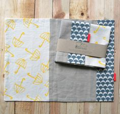 • Set de 2 manteles individuales• Tela 100% algodón y lino• Estampados a mano• Medidas aproximadas: 46 x 35 cm