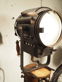 Projecteur Cinéma Gruber 1940 Kitchen Aid Mixer, Kitchen Appliances, Tripod Lamp, Espresso Machine, Coffee Maker, Light Fixture, Industrial, Diy Kitchen Appliances, Espresso Coffee Machine