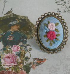anillo en oro viejo con bouquet bordado sobre azul