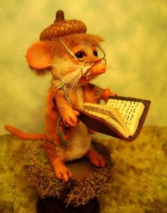 RICKY-A-LITTLE-MINIATURE-READING-MOUSE-BY-POPPENMOON