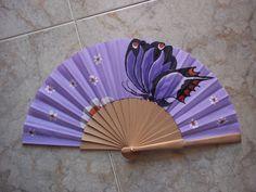 mariposa #art #pintadoamano #abanicos #valian #valianart Pretty Hands, Beautiful Hands, Hand Held Fan, Hand Fans, Purple Accessories, Fan Decoration, Embroidered Quilts, Vintage Fans, Wedding Fans