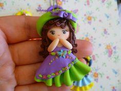 Damina in fimo con vestito lilla e verde