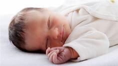 Pour que bébé soit dans les meilleures conditions possibles pour dormir, il est important qu'il n'ait ni trop chaud, ni trop froid (comme toi, en somme !). Oui mais voilà, lui ne parle pas ! Alors comment s'assurer qu'il est assez couvert ou au contraire que tu n'as pas un peu exagéré sur les couches…