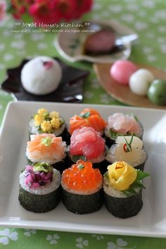 Beautiful platter of assorted maki sushi rolls Japanese Food Sushi, Sushi Food, Onigirazu, Sashimi Sushi, Little Lunch, Sushi Recipes, Tasty, Yummy Food, Comfort Food