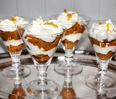 Mascarpone cream with clementine and gingerbread-Mascarponekrem med klementin og pepperkaker - Pudding Desserts, Dessert Recipes, Xmas Desserts, Graduation Cupcakes, Ice Cream Party, Cupcake Party, Sweet Cakes, Creative Food, Gingerbread