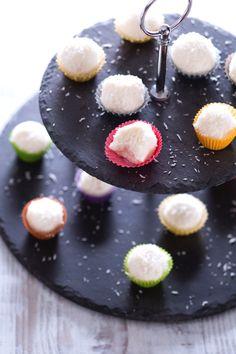 Piccole delizie #fingerfood fresche e candide, perfette per i vostri #party primaverili: palline di #cocco. ( #coconut #bites ) #Giallozafferano #recipe #ricetta #sweet #dessert