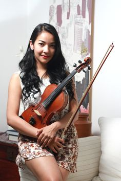 Achdinanti Victoria Achjuman, Music is My Life!....Naskah: Suci Yulianita, Foto: Sutanto....Memiliki hobi menyusun lego sejak kecil membuatnya bercita-cita menjadi seorang arsitek. Namun perkenalannya dengan biola sejak usia 12 tahun membuat wanita yang akrab disapa Ava Victoria ini, total berkarier di musik hingga menjadi salah seorang violinist profesional di negeri ini. - See more at…