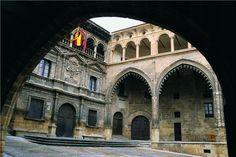 Ayuntamiento y Lonja en la Plaza de España de #Alcañiz #Teruel #Aragón
