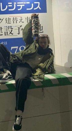Japan Harry is a moment Harry Styles Photos, Harry Styles Baby, Harry Styles Memes, Harry Edward Styles, Harry Styles Imagines, Harry Styles Family, Harry Styles Lockscreen, Harry Styles Wallpaper, Beautiful Boys