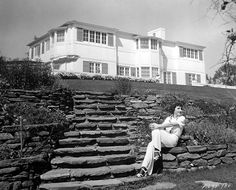 Stunning house, isn't it? Claudette Colbert enjoys the sunshine in the garden of her Holmby Hills home, Viejo Hollywood, Hollywood Homes, Old Hollywood Glamour, Golden Age Of Hollywood, Vintage Hollywood, Hollywood Stars, Classic Hollywood, Hollywood Icons, American Mansions