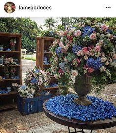 Casamento azul When I Get Married, I Got Married, Wedding Aisle Decorations, Simple Weddings, Wedding Trends, Floral Arrangements, Wedding Reception, Wedding Flowers, Wedding Inspiration