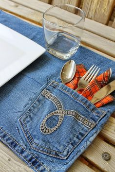 Hottest Pictures Here's a fun way to use your old jeans - Jean Pocket Placemats! Fast, easy and p. Suggestions I really like Jeans ! And much more I want to sew my very own Jeans. Next Jeans Sew Along I'm li Jean Crafts, Denim Crafts, Sewing Hacks, Sewing Crafts, Sewing Projects, Upcycled Crafts, Repurposed, Sewing Tutorials, Reuse Jeans