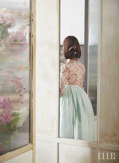 꽃신 패턴의 저고리와 민트 컬러의 치마, 머리 장식은 모두 Traditional Korean Costume Kim Young Seok.